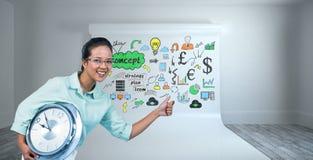 Σύνθετη εικόνα της ευχαριστημένης επιχειρηματία που κρατά ένα ρολόι Στοκ φωτογραφία με δικαίωμα ελεύθερης χρήσης