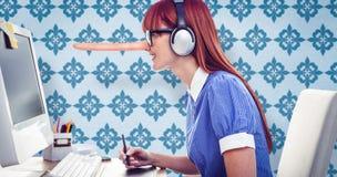 Σύνθετη εικόνα της ελκυστικής γυναίκας hipster με την κάσκα που χρησιμοποιεί την ταμπλέτα γραφικής παράστασης Στοκ φωτογραφία με δικαίωμα ελεύθερης χρήσης