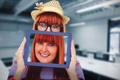 Σύνθετη εικόνα της ελκυστικής γυναίκας hipster πίσω από μια ταμπλέτα στοκ εικόνες