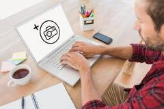 Σύνθετη εικόνα της δημιουργικής δακτυλογράφησης επιχειρηματιών στο lap-top Στοκ Εικόνες