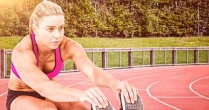 Σύνθετη εικόνα της θηλυκών συνεδρίασης και του τεντώματος αθλητών Στοκ εικόνες με δικαίωμα ελεύθερης χρήσης