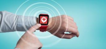 Σύνθετη εικόνα της καλλιεργημένης εικόνας του ατόμου που χρησιμοποιεί το έξυπνο ρολόι στοκ φωτογραφίες με δικαίωμα ελεύθερης χρήσης