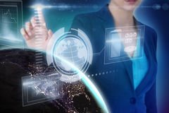 Σύνθετη εικόνα της καλλιεργημένης εικόνας της επιχειρηματία που χρησιμοποιεί την επινοητική ψηφιακή οθόνη Στοκ Εικόνες