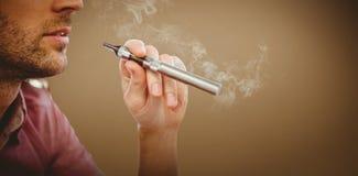 Σύνθετη εικόνα της καλλιεργημένης εικόνας του ατόμου που καπνίζει το ηλεκτρονικό τσιγάρο Στοκ Εικόνες
