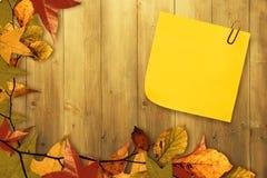 Σύνθετη εικόνα της κολλώδους σημείωσης με το γκρίζο paperclip Στοκ Εικόνα