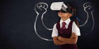 Σύνθετη εικόνα της μαθήτριας που φορά την κάσκα εικονικής πραγματικότητας που απολαμβάνει με τα όπλα που διασχίζονται Στοκ εικόνα με δικαίωμα ελεύθερης χρήσης