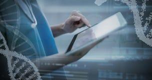 Σύνθετη εικόνα της πανοραμικής άποψης του σχεδίου ελίκων DNA στην οθόνη Στοκ Εικόνες