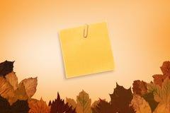 Σύνθετη εικόνα της πορτοκαλιάς συγκολλητικής σημείωσης με ένα paperclip Στοκ Εικόνα