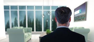 Σύνθετη εικόνα της προσποίησης επιχειρηματιών στη στάση ενάντια στην αόρατη οθόνη Στοκ εικόνα με δικαίωμα ελεύθερης χρήσης