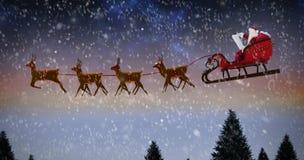 Σύνθετη εικόνα της πλάγιας όψης Άγιου Βασίλη που οδηγά στο έλκηθρο κατά τη διάρκεια των Χριστουγέννων Στοκ Εικόνα