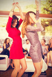 Σύνθετη εικόνα της πλάγιας όψης του χορού γυναικών και της ομάδας φίλων που προσέχουν το χορό τους Στοκ Φωτογραφίες