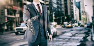 Σύνθετη εικόνα της σύνθετης εικόνας του επιχειρηματία με το ρομποτικό χέρι Στοκ Εικόνες