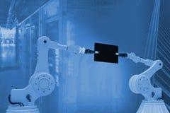 Σύνθετη εικόνα της σύνθετης εικόνας των ρομπότ που κρατούν την ψηφιακή ταμπλέτα τρισδιάστατη Στοκ εικόνες με δικαίωμα ελεύθερης χρήσης