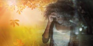 Σύνθετη εικόνα της λυπημένης γυναίκας που κρατά το μέτωπό της με το χέρι της στοκ φωτογραφίες με δικαίωμα ελεύθερης χρήσης
