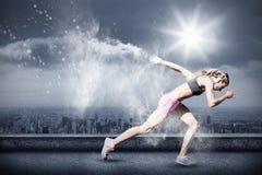 Σύνθετη εικόνα της φίλαθλης γυναίκας που τρέχει σε ένα άσπρο υπόβαθρο στοκ εικόνες
