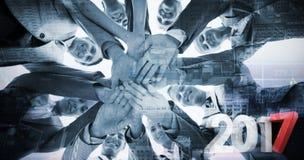 Σύνθετη εικόνα της χαμογελώντας επιχειρησιακής ομάδας που στέκεται στα χέρια κύκλων από κοινού Στοκ εικόνες με δικαίωμα ελεύθερης χρήσης