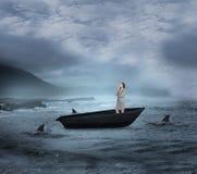 Σύνθετη εικόνα της χαμογελώντας στοχαστικής επιχειρηματία sailboat Στοκ Εικόνες