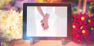 Σύνθετη εικόνα της ψηφιακής ταμπλέτας και των φρέσκων λουλουδιών Στοκ Φωτογραφίες