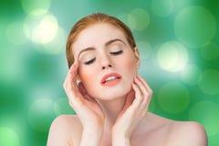 Σύνθετη εικόνα της όμορφης redhead τοποθέτησης με τα χέρια Στοκ εικόνες με δικαίωμα ελεύθερης χρήσης