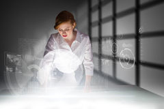 Σύνθετη εικόνα της redhead επιχειρηματία που χρησιμοποιεί το διαλογικό γραφείο Στοκ εικόνα με δικαίωμα ελεύθερης χρήσης