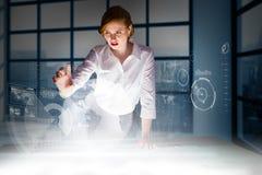 Σύνθετη εικόνα της redhead επιχειρηματία που χρησιμοποιεί το διαλογικό γραφείο Στοκ Εικόνα