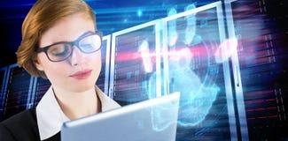 Σύνθετη εικόνα της redhead επιχειρηματία που χρησιμοποιεί το PC ταμπλετών της Στοκ Εικόνα