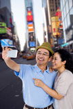 Σύνθετη εικόνα του άνδρα και της γυναίκας που παίρνουν μια εικόνα Στοκ Φωτογραφία