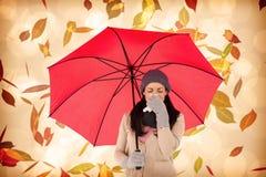 Σύνθετη εικόνα του άρρωστου brunette που φυσά τη μύτη της κρατώντας μια ομπρέλα Στοκ εικόνα με δικαίωμα ελεύθερης χρήσης