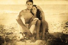 Σύνθετη εικόνα του αγκαλιάζοντας ζεύγους που χαμογελά στη κάμερα Στοκ εικόνες με δικαίωμα ελεύθερης χρήσης
