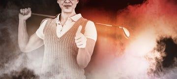 Σύνθετη εικόνα του αρκετά ξανθών παίζοντας γκολφ και της παρουσίασης αντίχειρες επάνω Στοκ Φωτογραφίες
