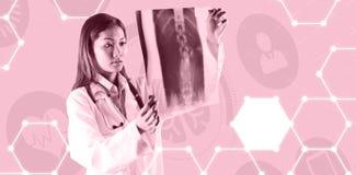 Σύνθετη εικόνα του ασιατικού γιατρού που ελέγχει την ανίχνευση mri Στοκ Εικόνες
