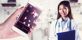 Σύνθετη εικόνα του ασιατικού γιατρού που κρατά τον μπλε σύνδεσμο Στοκ Εικόνες