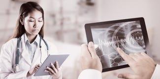Σύνθετη εικόνα του ασιατικού γιατρού που χρησιμοποιεί την ταμπλέτα Στοκ φωτογραφίες με δικαίωμα ελεύθερης χρήσης