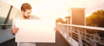 Σύνθετη εικόνα του ατόμου που εξετάζει το κενό χαρτόνι Στοκ Εικόνα
