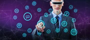 Σύνθετη εικόνα του βέβαιου επιχειρηματία που δείχνει το δάχτυλο χρησιμοποιώντας τα γυαλιά εικονικής πραγματικότητας Στοκ φωτογραφίες με δικαίωμα ελεύθερης χρήσης