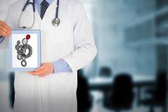 Σύνθετη εικόνα του γιατρού που παρουσιάζει ψηφιακή ταμπλέτα Στοκ φωτογραφίες με δικαίωμα ελεύθερης χρήσης