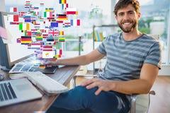 Σύνθετη εικόνα του γραφικού σχεδιαστή που χρησιμοποιεί μια ταμπλέτα γραφικής παράστασης Στοκ φωτογραφία με δικαίωμα ελεύθερης χρήσης