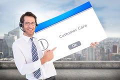 Σύνθετη εικόνα του επιχειρηματία με το ακουστικό που παρουσιάζει κάρτα στη κάμερα Στοκ Φωτογραφία
