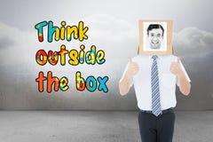 Σύνθετη εικόνα του επιχειρηματία με το κιβώτιο φωτογραφιών στο κεφάλι Στοκ φωτογραφία με δικαίωμα ελεύθερης χρήσης