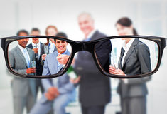 Σύνθετη εικόνα του επιχειρηματία που ανοίγει ένα μπουκάλι της σαμπάνιας για να γιορτάσει μια επιτυχία στοκ εικόνες