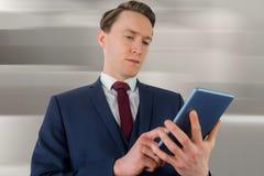 Σύνθετη εικόνα του επιχειρηματία που εξετάζει το smartphone του Στοκ φωτογραφία με δικαίωμα ελεύθερης χρήσης