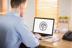 Σύνθετη εικόνα του επιχειρηματία που εργάζεται στο lap-top του Στοκ Εικόνες