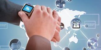 Σύνθετη εικόνα του επιχειρηματία που ελέγχει το έξυπνο ρολόι του τρισδιάστατο Στοκ Εικόνες