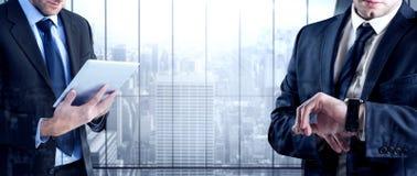 Σύνθετη εικόνα του επιχειρηματία που ελέγχει το χρόνο στο ρολόι Στοκ Εικόνα