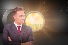 Σύνθετη εικόνα του επιχειρηματία που στέκεται με τα όπλα που διασχίζονται Στοκ Εικόνες
