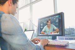 Σύνθετη εικόνα του επιχειρηματία που χρησιμοποιεί τον υπολογιστή στο γραφείο στο δημιουργικό γραφείο Στοκ Εικόνες