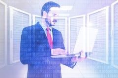 Σύνθετη εικόνα του επιχειρηματία που χρησιμοποιεί το lap-top του Στοκ Εικόνες