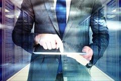 Σύνθετη εικόνα του επιχειρηματία που χρησιμοποιεί το PC ταμπλετών του Στοκ Εικόνα