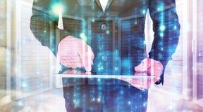 Σύνθετη εικόνα του επιχειρηματία που χρησιμοποιεί το PC ταμπλετών του Στοκ εικόνες με δικαίωμα ελεύθερης χρήσης