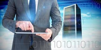 Σύνθετη εικόνα του επιχειρηματία που χρησιμοποιεί το PC ταμπλετών του Στοκ Εικόνες